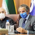 イランのサレヒ原子力庁長官(左)と記者会見に臨む国際原子力機関(IAEA)のグロッシ事務局長=8月25日、テヘラン(AFP時事)