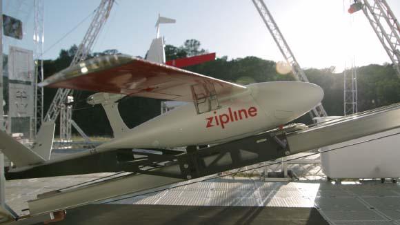 ドローン宅配のテストを開始したウォルマートは14日、ヘリコプター型とは異なるモーターグライダーに似た小型飛行機になるドローン宅配のテストを始めることを発表した。