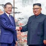 握手する韓国の文在寅大統領(左)と北朝鮮の金正恩朝鮮労働党委員長=2018年9月、平壌(AFP時事)