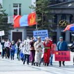 15日、ウランバートルの中心部でモンゴル語の保護を求めデモ行進する市民ら(バラムサイ・チャダラーバル氏提供)