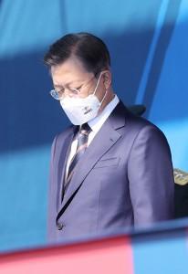 25日、ソウル南東の利川で、軍の式典に臨む韓国の文在寅大統領(EPA時事)