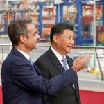 ギリシャ最大のピレウス港を訪れたミツォタキス首相(左)と中国の習近平国家主席=2019年11月11日(AFP時事)