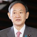 首相官邸に入り、記者の質問に答える菅義偉首相=17日、東京・永田町
