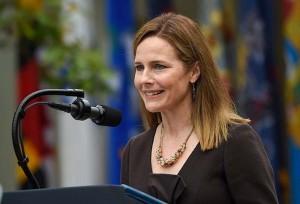26日、ホワイトハウスで、米連邦最高裁判事に指名され演説するエイミー・バレット氏(AFP時事)