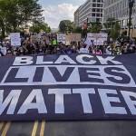 6月6日、米首都ワシントンで行われた人種差別抗議デモで掲げられた巨大な「黒人の命は大切(BLM)」の横断幕(UPI)