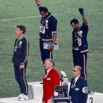 1968年メキシコシティ五輪大会で表彰台でブラックパワー・サリュートをするスミス(金)、カーロス選手(銅)