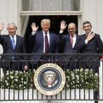 15日、米ホワイトハウスで手を振る