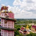 「竜の寺」、オブジェの 中を歩いて最上部へ