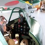 旧日本海軍の戦闘機「紫電改」の操縦席を体験