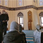モスクの礼拝堂で見学の学生らに説明する下山茂氏
