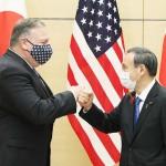 ポンペオ米国務長官(左)の表敬を受ける菅義偉首相=6日午後、首相官邸