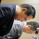 システム障害による売買停止で記者会見し、頭を下げる東京証券取引所の宮原幸一郎社長(手前)と日本取引所グループの横山隆介常務執行