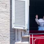手を振るフランシスコ・ローマ教皇=7月5日、バチカン市(AFP時事)