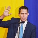 議事堂外でベネズエラ国会議長への「再選」を宣言するグアイド氏