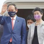 インドネシアのスカルノ・ハッタ国際空港に到着した菅義偉首相(左)と真理子夫人=20日(時事)