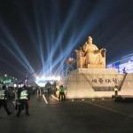 世宗大王像が建つ夜の光化門広場=2017年5月9日、韓国・ソウル(岩崎哲撮影)