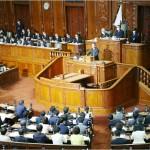 衆院本会議で立憲民主党の枝野幸男代表の代表質問に対して答弁する菅義偉首相(壇上)=28日午後、国会内