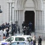 29日、フランス南部ニースで、刃物を使った襲撃事件を受け、教会を調べる警察の特殊部隊(AFP時事)