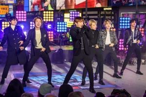 2019年12月31日、米ニューヨークのタイムズスクエアで歌を披露する韓国の人気音楽グループ「BTS(防弾少年団)」(UPI)
