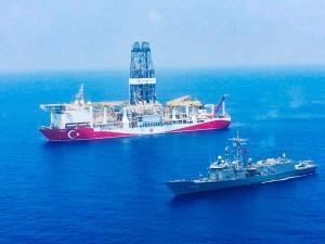 東地中海に向けて航行するトルコの掘削船と軍艦=2019年7月、トルコ国防省提供(AFP時事)