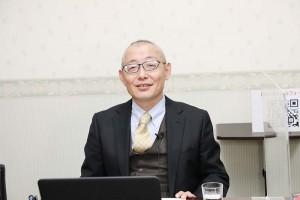 動画サイト「ユーチューブ」のライブ配信で講演する楊海英氏=17日、千葉県市川市