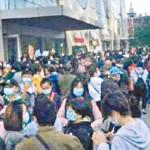 19日午前、北京市朝陽区の「優勝教育」総本部のあるビル前で学費や給与の支払いを求めて抗議活動を展開する人々