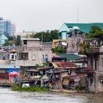 マニラの川べりの貧しい住宅風景(2012年9月