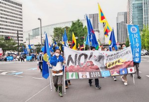 中国共産党政権への抗議デモを行う参加者たち =3日午後、東京都中央区