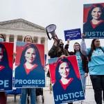 2日、米連邦最高裁前で同裁判事に指名されたエイミー・バレット連邦高裁判事の承認を訴える支持者(UPI)