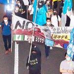 中国共産党政権への抗議デモを行う参加者たち