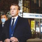 16日、パリ近郊の中学校前で、教師殺害事件について取材に応じるマクロン仏大統領(AFP時事)
