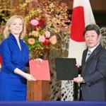 日英経済連携協定(EPA)に署名した茂木敏充外相(右)と英国のトラス国際貿易相=23日午前、東京都港区の飯倉公館(代表撮影