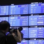 取引が再開し、日経平均株価の終値などを示す電光ボード=2日午後、東京都中央区の東京証券取引所