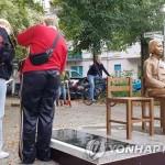 ベルリン市ミッテ区で建立された「少女像」(聯合ニュース、2020年10月11日)