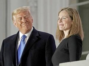 6日、米ホワイトハウスのバルコニーに立つトランプ大統領(左)と連邦最高裁判事に就任したエイミー・バレット氏(EPA時事)