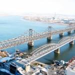 中国の丹東から眺める北朝鮮の新義州。中朝国境沿いを流れる鴨緑江をまたぐ鴨緑江大橋(左)と鴨緑江断橋が見える(2006年12月、上田勇実撮影)