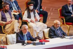 9月12日、ドーハで始まったアフガニスタン政府と反政府勢力タリバンの和平交渉の開会式で、発言するアフガンのアブドラ国家和解高等評議会議長(左手前)(AFP時事)