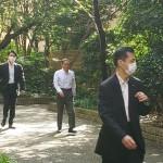菅首相、初の外遊前に散歩でリフレッシュ