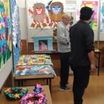折り紙や貼り絵などカラフルな作品を展示