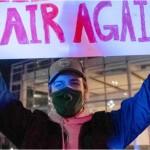 開票作業の中止を求めるトランプ支持者の男性
