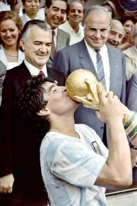 ワールドカップ(W杯)メキシコ大会で頂点に立ち、優勝トロフィーにキスをするアルゼンチンのマラドーナ=1986年6月29日、メキシコ市(AFP時事)