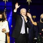 7日、米東部デラウェア州ウィルミントンで、大統領選の勝利演説後に手を振るバイデン前副大統領(中央)とジル夫人(右から2人目)、ハリス上院議員(左)(EPA時事)