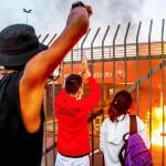 20日、黒人男性が暴行され死亡したブラジル南部ポルトアレグレのスーパー前で、事件に抗議する人々(AFP時事)