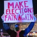 5日、米中西部ミシガン州デトロイトで、開票作業の中止を求めるトランプ支持者の男性(AFP時事)