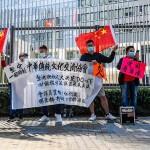 12日、香港立法会(議会)の外に集まった親中派の人々(AFP時事)