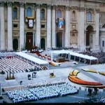 バチカンのヨハネ23世とヨハネ・パウロ2世の列聖式=2014年4月27日、オーストリア国営放送の中継から