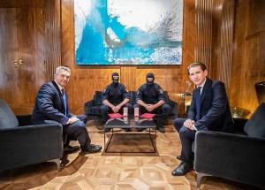 ウィーン銃撃テロ事件の犯人を射殺した特別部隊WEGAの2人に勲章を授与するクルツ首相とネハンマー内相(2020年11月5日、オーストリア内務省公式サイトから)