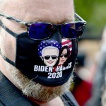 9月30日、ペンシルベニア州のバイデン陣営集会で民主党正副大統領候補の似顔絵マスクをする支持者