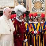 フランシスコ・ローマ教皇(左)とスイス衛兵 10月2日、バチカン(AFP時事)