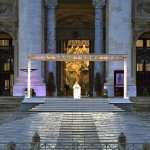 サンピエトロ広場で新型コロナの終息を祈るフランシスコ教皇(2020年3月27日、バチカンニュース公式サイトから)